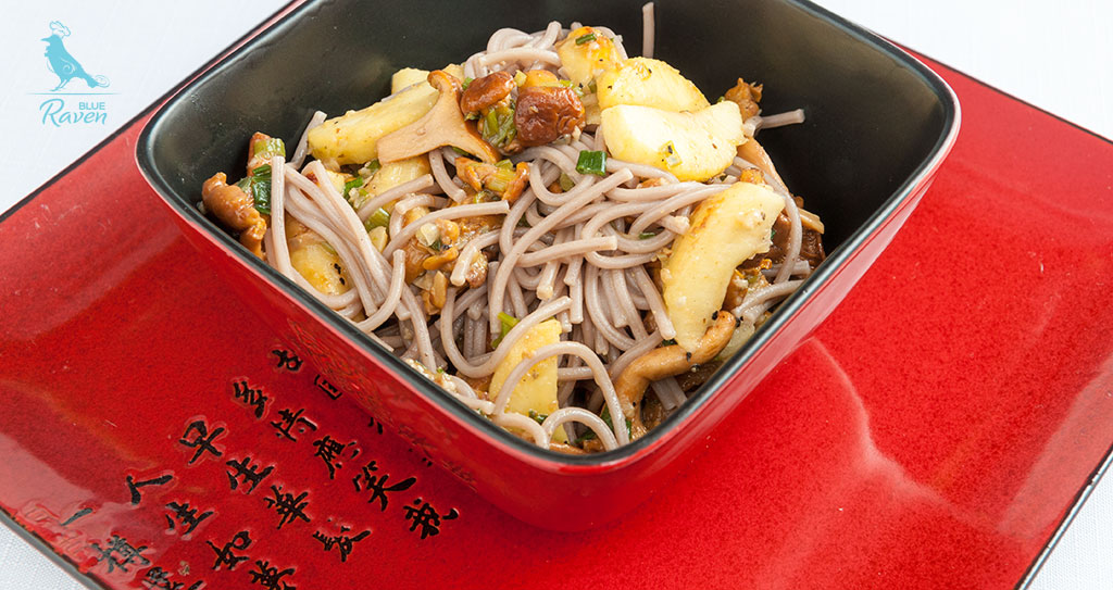 Soba with chanterelles and apples #vegan #chanterelles #apples